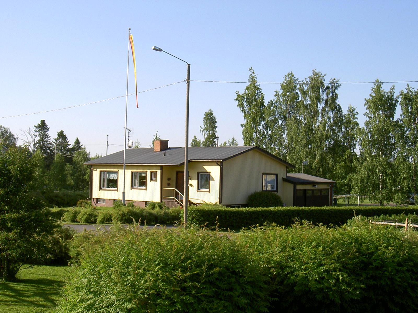Så här såg Ålgars gård ut år 2003, fotograferad från norr.