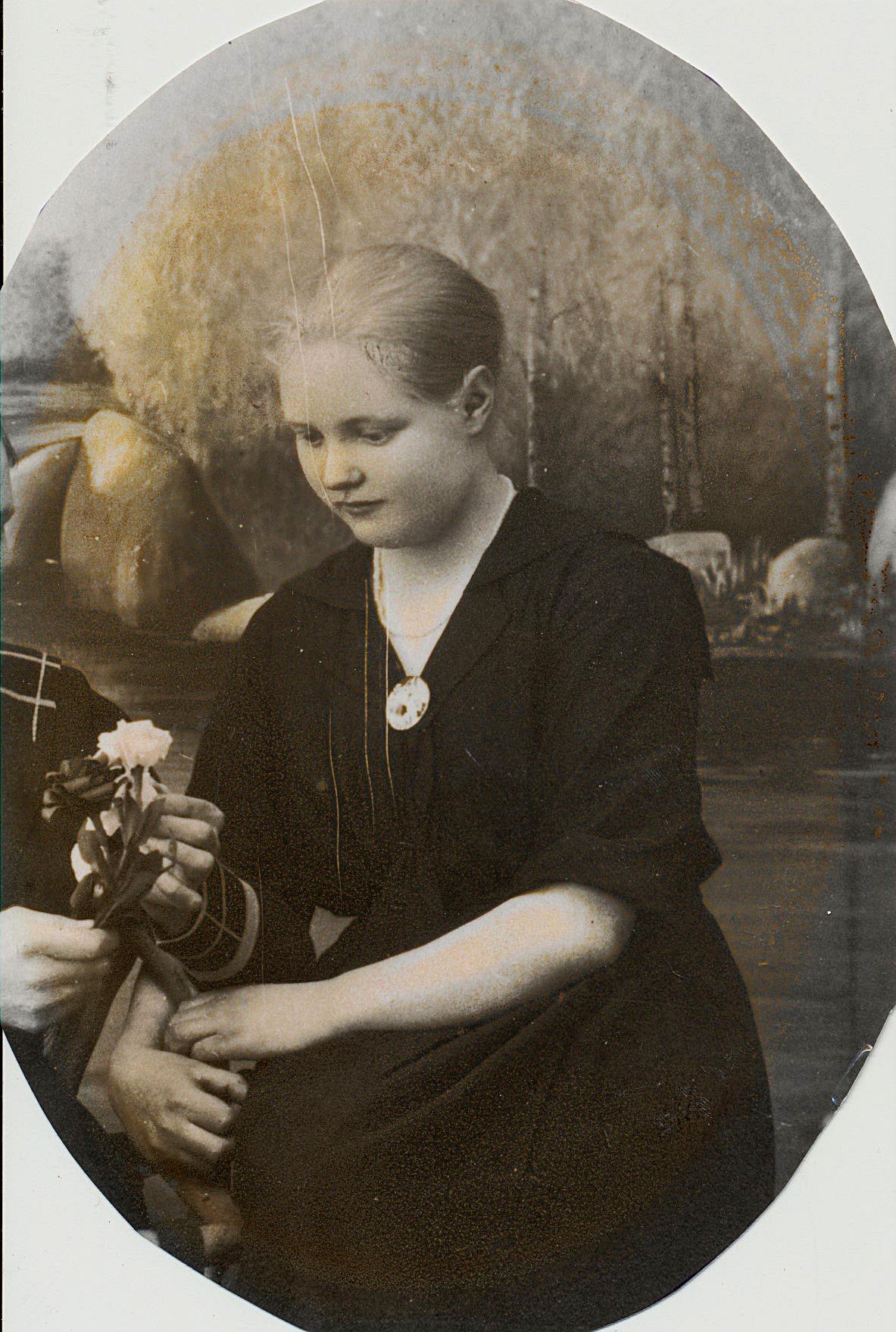 Här den unga Edna Öist (1902-1953) som sedan gifte sig med Frans Ålgars i Korsbäck.