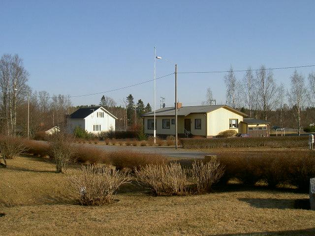 Till höger Ålgars gård. Huset till vänster är det hus som Birger och Anna Björklund byggde på 1950-talet.