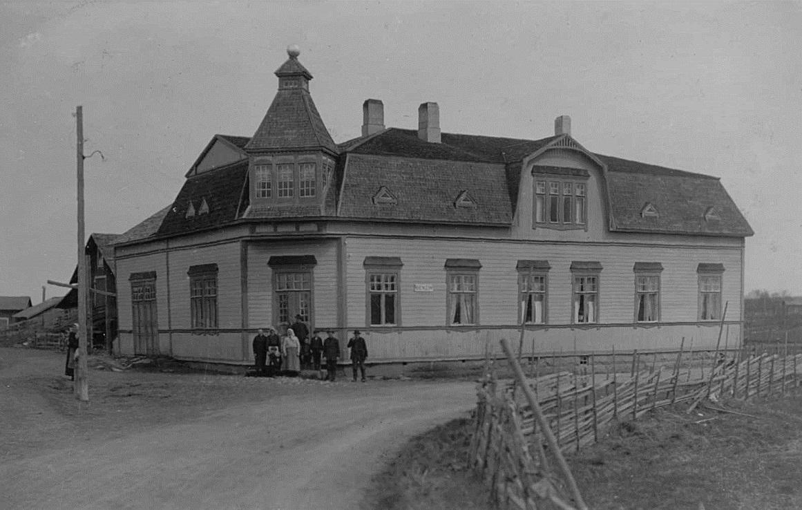 Koll-boden eller Storkulls affär fotograferad från väster år 1928. På väggen fanns en skylt som visar att här säljs Benzin.