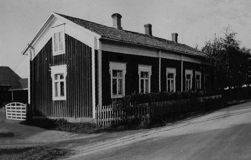 Så här såg gården ut som Henrik och Mina Agnäs bodde i från slutet av 1800-talet fram till 1920-talet, då den övertogs av deras dotter Hulda som hade gift sig med Emil Klåvus från Lappfjärd.
