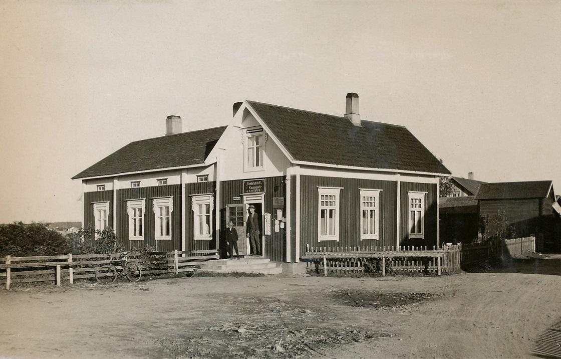 """På bilden handelsmannen """"Broback-Erik Anders"""" med sonen Algot Rosengård, född 1921."""