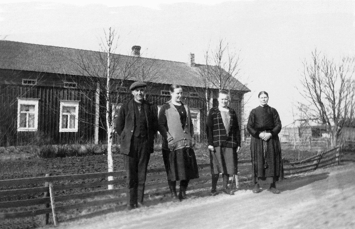 Här till vänster står Selim och Agnes framför Blomkvists gård nära Kias kroken. Längst till höger Selims mor Wilhelmina. Kvinnan mellan Agnes och Wilhelmina tillsvidare okänd.