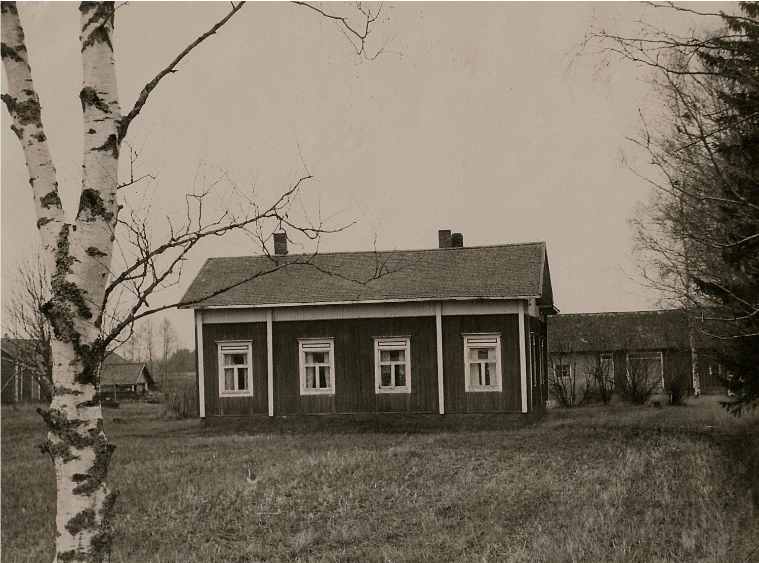 På fotot Långfors gård i Klemetsändan fotograferad från norr.