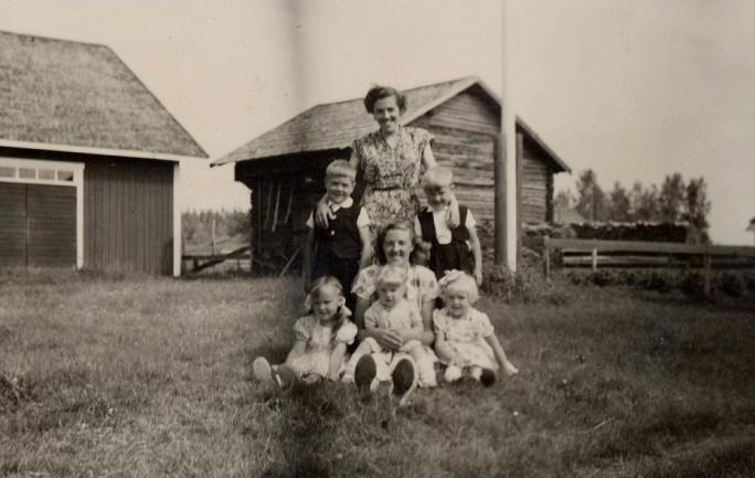 På bilden Else och Alice tillsammans med några av Alvars och Algots barn, framför den underliga byggnaden i bakgrunden.