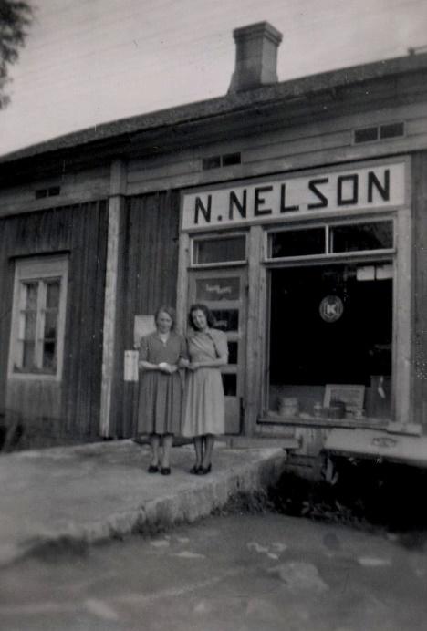 Här på rampen framför Nils Nelsons affär står butiksbiträdena Astrid Björklund och Ellen Söderqvist.