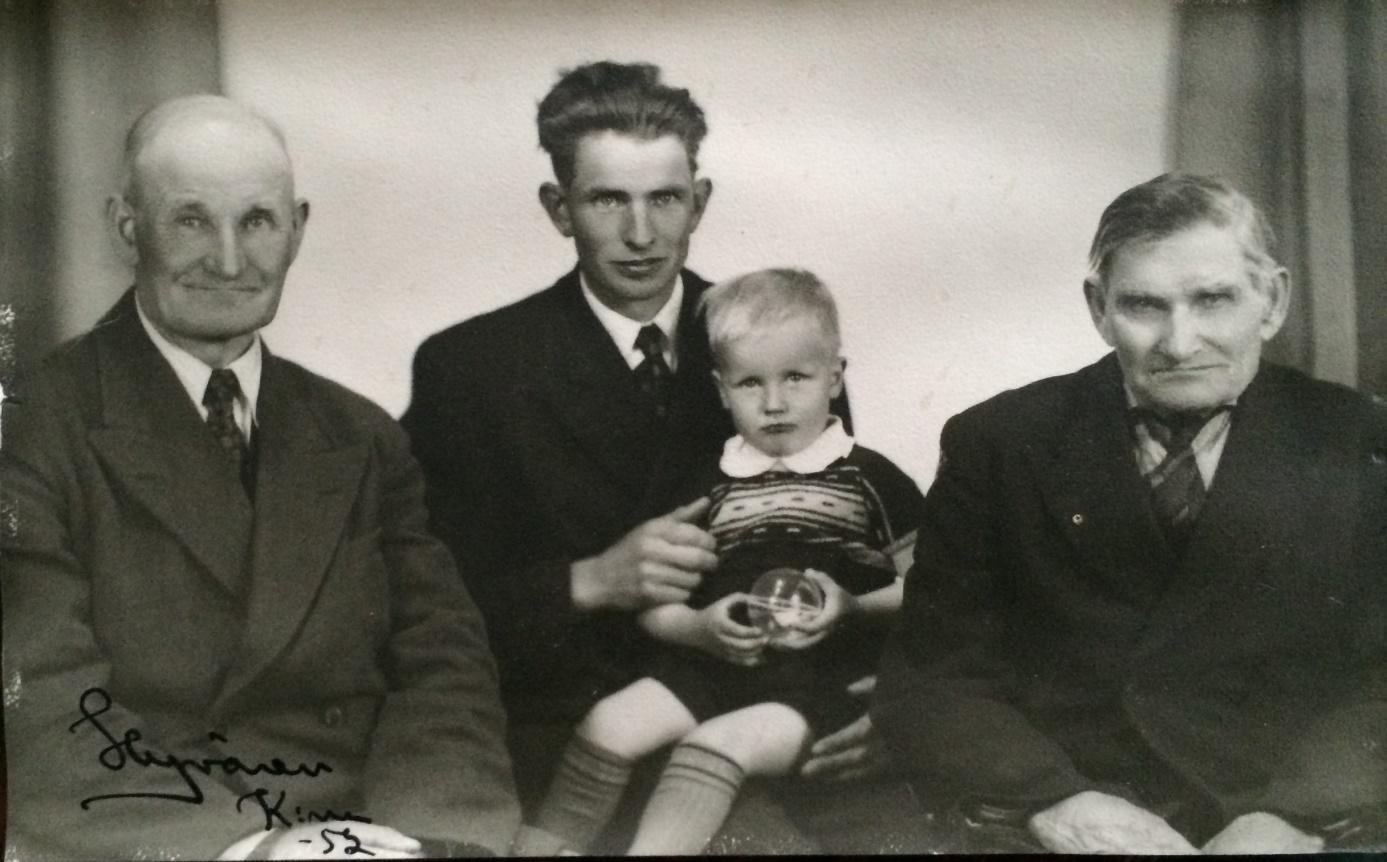 På detta ovanliga foto från år 1952 sitter Eskil med sonen Rune i famnen. Till vänster sitter hans far Frans Agnäs och till höger farfar Henrik. Nuförtiden är det vanligt att det finns 4 generationer men år 1952 var det närapå unikt med 4 karlar och dessutom på samma foto.