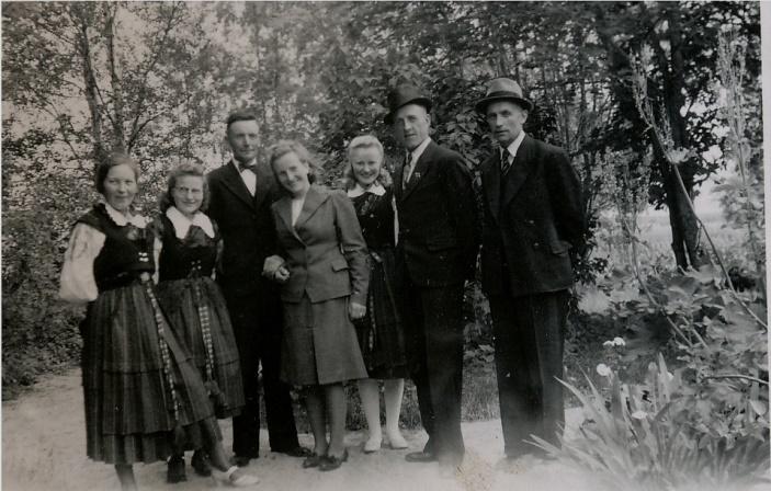 På den här bilden från vänster: Alfhild Forslin (Bertels hustru) Evy Forslin, gift med Elis Nygren, Emil o Mildrid, Elis Ahlberg från Träskvik och trävaruhandlaren Verner Grankull.