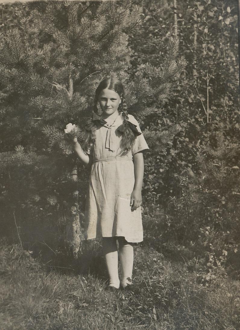 Unga Anja Vastamäki hemma i Ömossa, som vuxen gifte hon sig med Arne Norrgård.