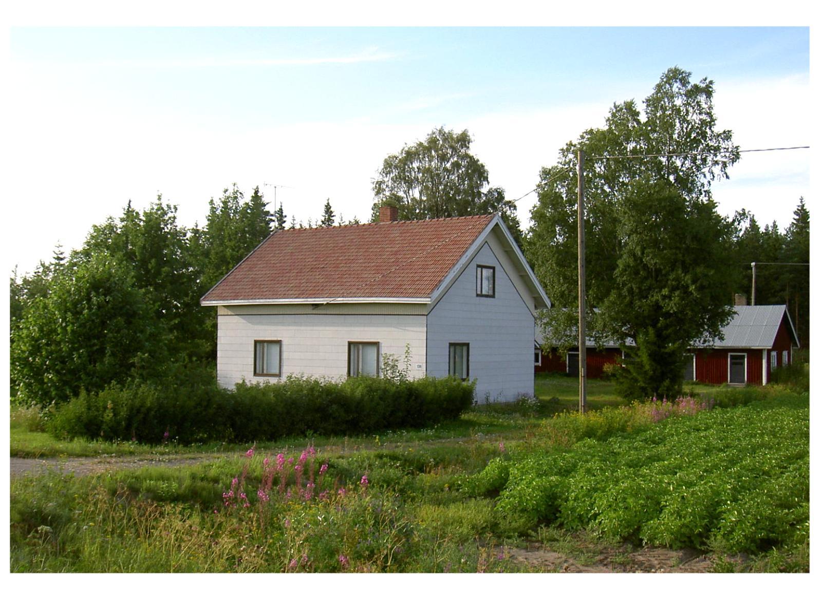 Den här gården byggde Bertel och Julia åt sig år 1936 på Dagsmarkvägen 136. Fotot från 2004.