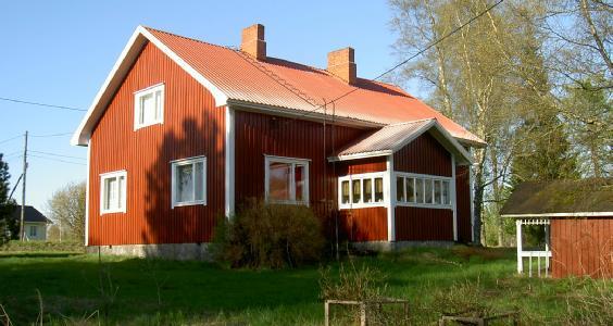Här den nya gården som byggdes 1956 fotograferad från söder år 2003.