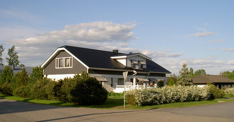 Det är huset som är av Jukka elementtyp byggde Eva och Lasse Backlund 1987 på samma plats som den nedbrunna butiken. För själva byggandet stod Mauri Korpi och Mauri Rajasalo från Lappfjärd.