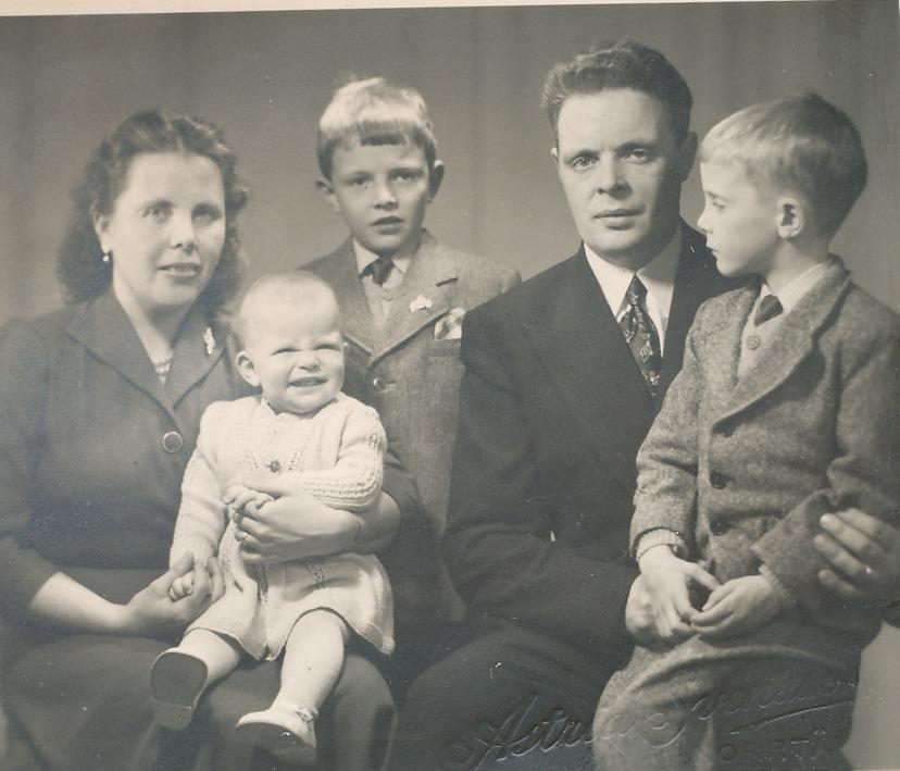 Här sitter Alice och Eskil Norrgård med barnen Gösta, Bengt och Britt-Mari.