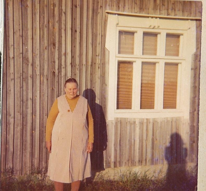 Här står Agnes framför lillstugan.