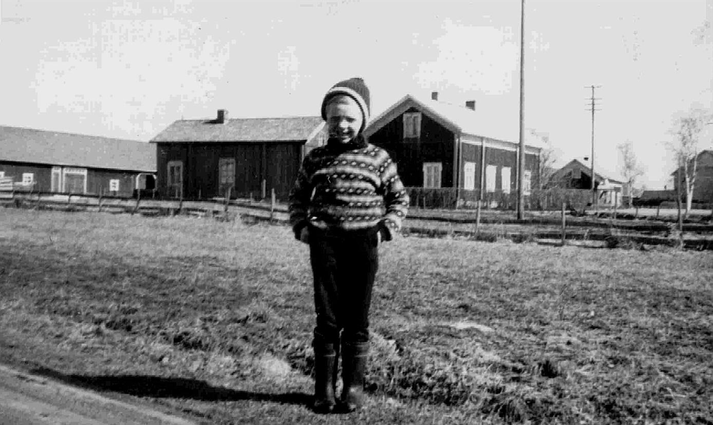 På denna bild står Anders Dahlroos framför de båda Antas gårdarna. Till höger syns Mattas gård och i högra kanten skymtar Klåvus Emil och Mildrids gård.