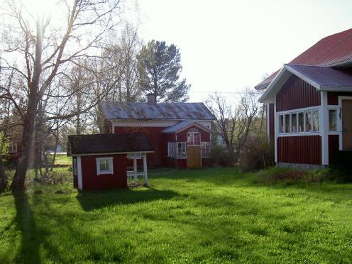 På bilden huset från gårdssidan. I bakgrunden Frans och Amandas lillstuga.