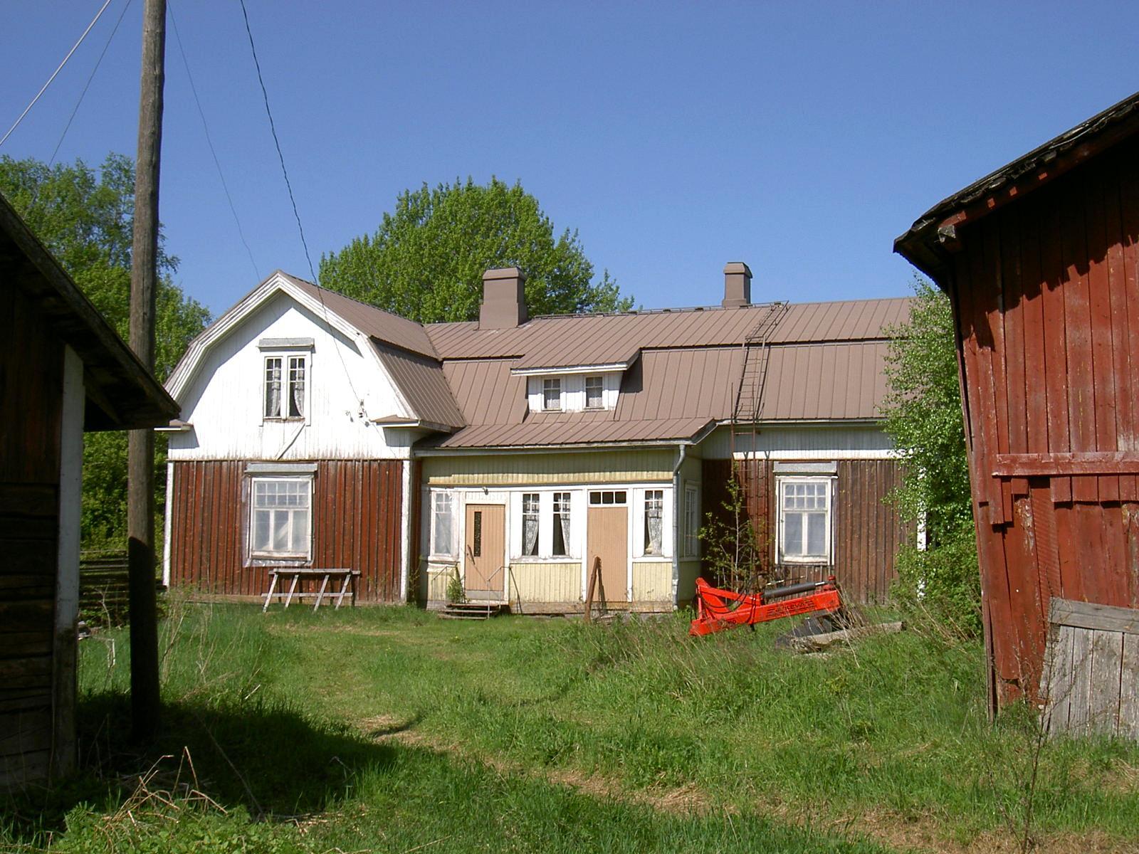 Gården fotograferad från sydost 2003.