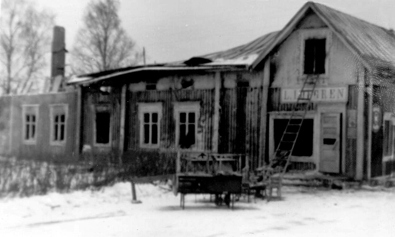 En kall vinternatt i början på 1964 förstördes både butiken och bostaden i en brand och så här såg det ut efteråt.