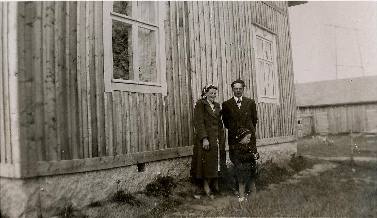 Här står Arne och Anja Norrgård med den äldre sonen Börje utanför Eskils hus där de bodde medan de byggde det egna hemmet.