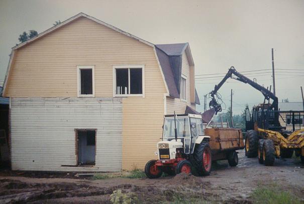 Då det nya huset stod färdigt år 1984 revs Anderssons gamla hus med hjälp av en skogstraktor.