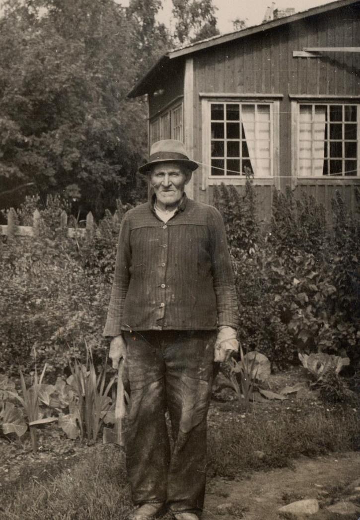 Här på fotot Niklas Nyström som trädgårdsmästare hos Weckströms i Kristinestad. Den tiden då Niklas som ung bodde i Lappfjärd, så kallades han för Boställs-Niklas men efter att han en tid vistades i Amerika, så kallades han för Boställs-Nick. Under åren i Amerika hette han Nick Nelson, som var betydligt enklare att uttala än Niklas Öjst.