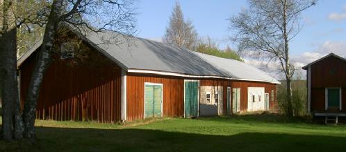 På bilden ovan uthusraden med fähus, stall och förråd. Uthuset byggt år 1936. Härbret längst till höger på bilden stod tidigare bakom uthuset med flyttades i början på 2000-talet till den plats där det nu står.