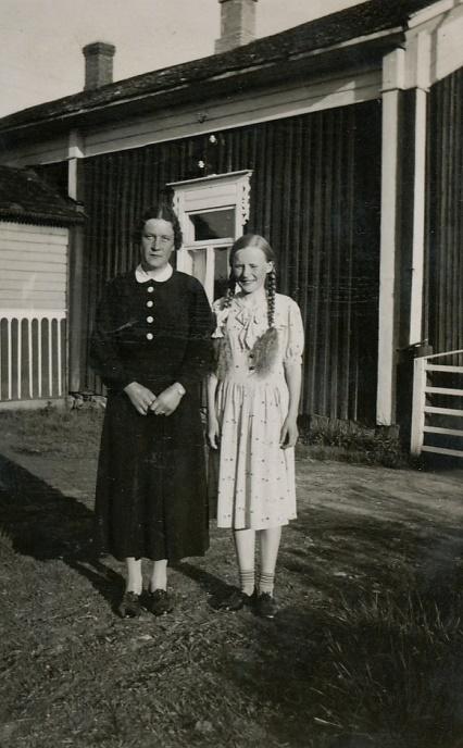 """På bilden står grannfrun """"Mattas"""" Elna Grans tillsammans med Gerda Klåvus. Gerda (1925-1945) var en av Emils två döttrar från första giftet med Hulda Agnäs."""