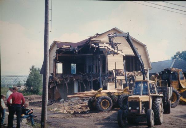 Rivningsarbetet gick snabbt och i och med detta försvann ett hus med en speciell arkitektur.