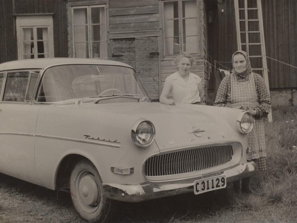 """Aina Norén (1913-1999) gift med Eino Veikkolainen, som var född i Karelen men som bodde i Lerviken i Kristinestad efter evakueringen. De var barnlösa och bosatta i Bålsta i Sverige och här är de i Dagsmark och visar upp sin nya Opel Rekord. På fotot Aina tillsammans med sin mor """"Bodas-Fina"""" eller """"Central-Fina""""."""