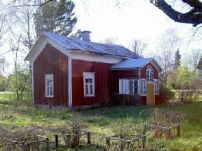 Väster om huvudbyggnaden står lillstugan där Frans (1890-1973) och Amanda (1890-1951) Agnäs bodde efter att Eskil övertagit hemmanet. Fotot från 2003.