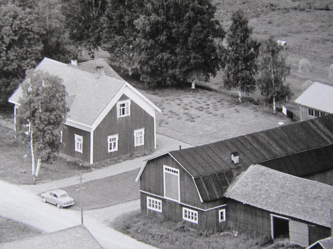 På bilden gården på Åbackvägen 32 som Adele och Selim Eklund ägde från slutet av 40-talet till 1961 då de sålde gården och hemmanet åt Adeles yngsta bror Boris och dennes hustru Gun-Lis. Adele och Selim flyttade då med sina 3 barn till Västerås i Sverige där de bodde så länge de levde.