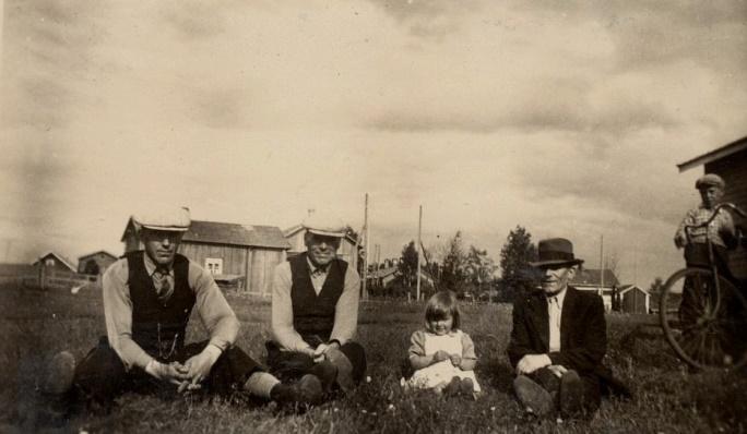 Här kan man tro att historierna flödar, då Antas-Otto, Mattas-Viktor och Lid-Viktor sitter på gårdsplanen där Lid. Flickan är Astrids dotter Ing-Britt och pojken med vagne är troligen Bjarne Grans. Antas gårdarna skymtar i bakgrunden.