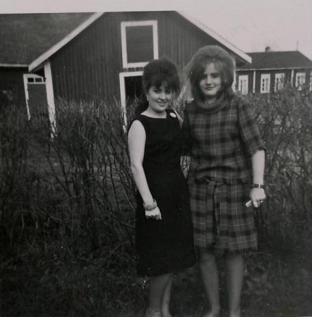 Monica och Eivor Klåvus. Till höger syns Frans Lillsjö gård.