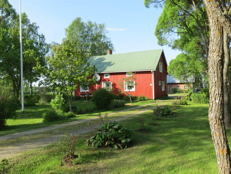 Här Arne och Anja Norrgårds hus som de byggde 1951 på Dagsmarkvägen 240. Gården renoverades och byggdes till 1980. Fotot från 2013 är taget från landsvägen.