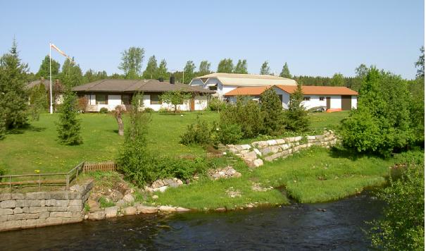 I dag finns inga spår kvar av Anderssons hus och så här ser området ut fotograferat från den nya storbron över Lappfjärds å. Det gamla brofästet syns nere till vänster.