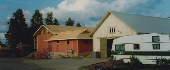 På samma tomt bakom det gamla magasinet byggdes år 1992 ett nytt uthus, som uppfördes av John Lindbäck och Kurt Backlund.