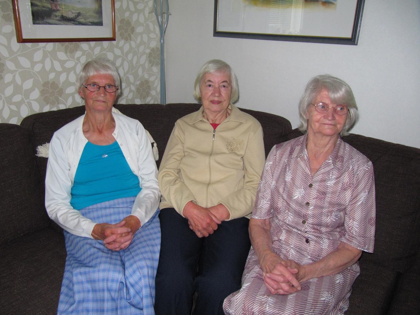 Trillingarna Blomkvist pratar gamla minnen i soffhörnet år 2013. Fr. v. Hedvig, Lisa och Lilli.