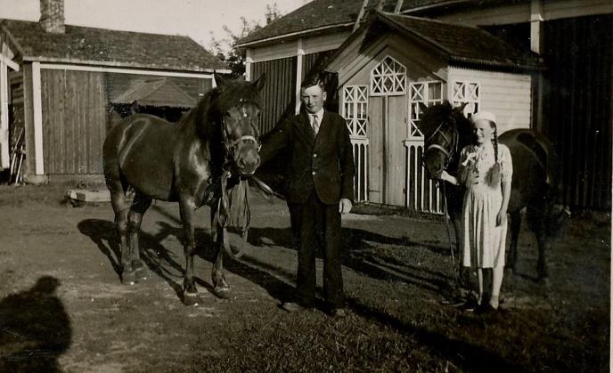 På bilden till höger står Emil och Gerda Klåvus med varsin häst på gården.