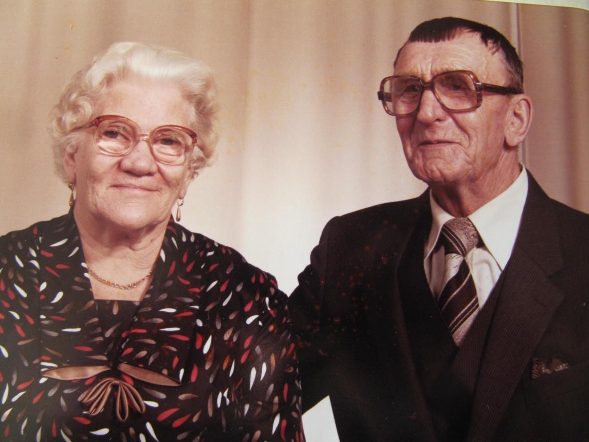 """På fotot Guldi som var dotter till Niklas och Ana-Kajs Nyström tillsammans med sin man Gunnar Lillkull, som var son till """"Pelas-Jåhan"""" från A-sidon."""