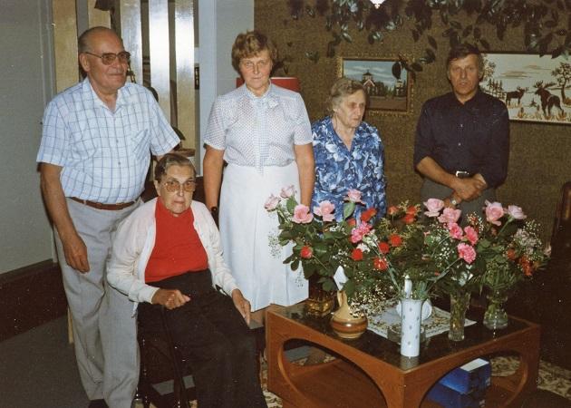 Till vänster Ragnar och Verna tillsammans med familjen Mitts.