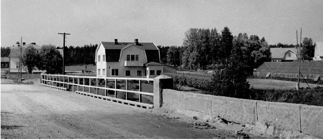 Anderssons gård fotograferad från söder. Nelsons affär syns till vänster.