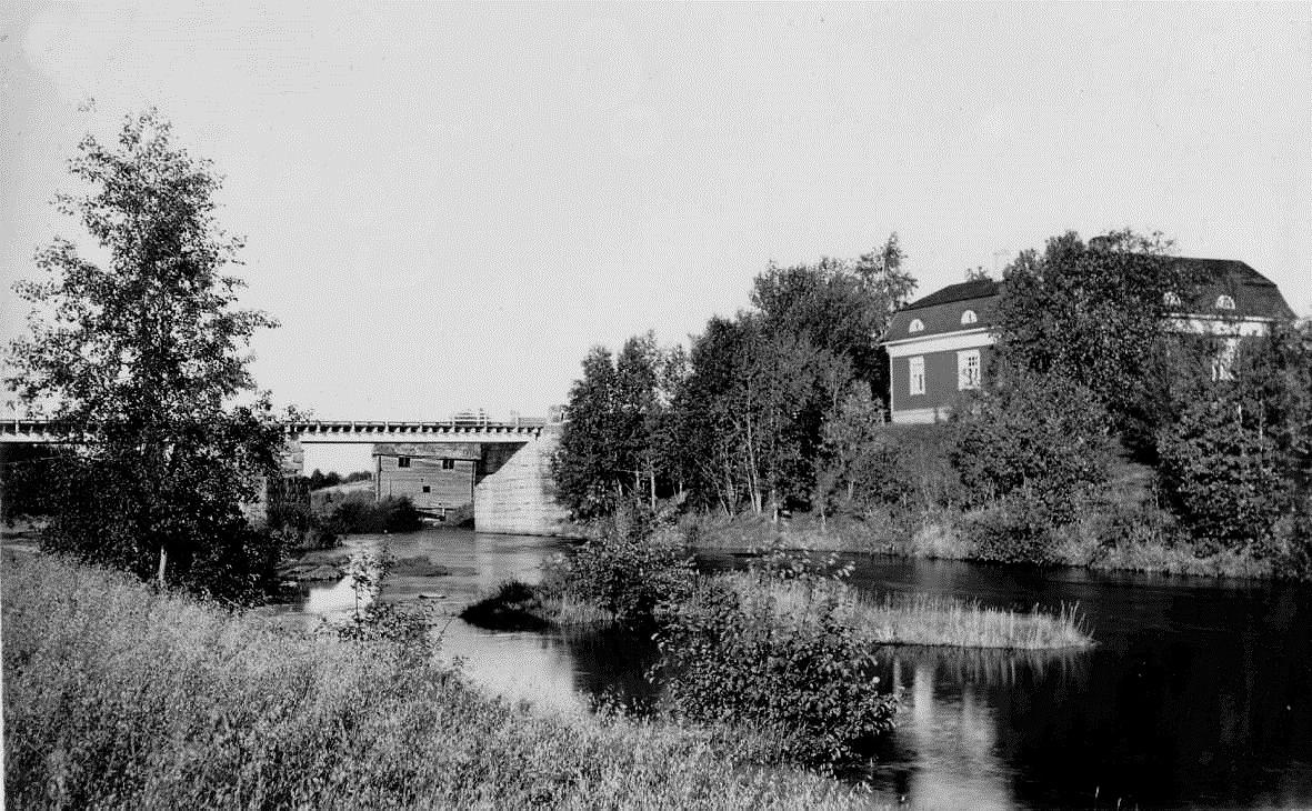 Detta foto troligen från början på 1930-talet med det ståtliga huset bredvid Storbron där den gamla Broback-kvarnen syns i broöppningen.