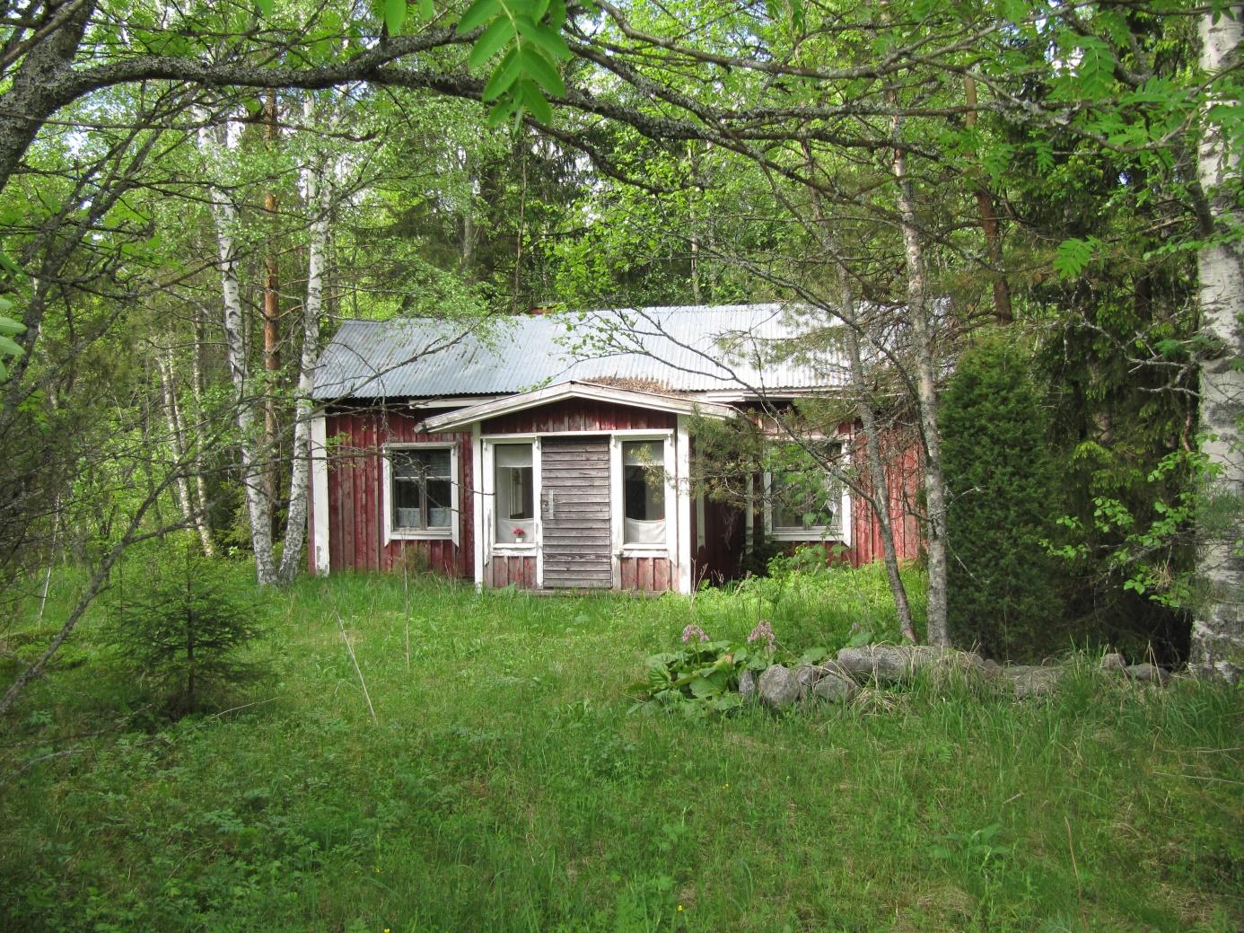 Trots att Rosenlunds gård ligger nära Dagsmarkvägen, så är den knappt synlig på grund av den täta vegetationen. Detta foto togs 2013 från landsvägen.