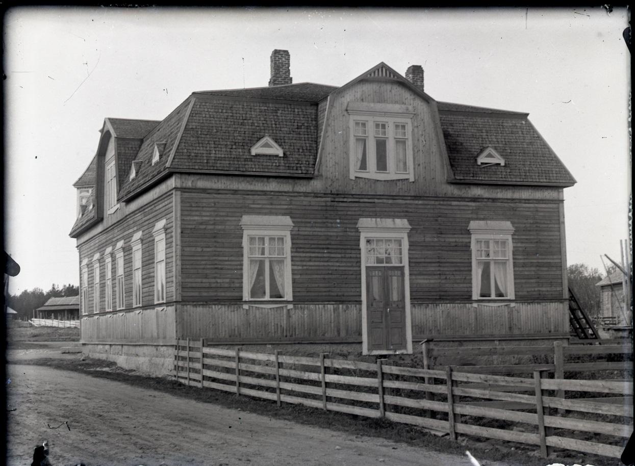 Byggnaden fotograferad från söder ca 1920. Foto Viktor Nylund, Vasa Traditionsarkiv.