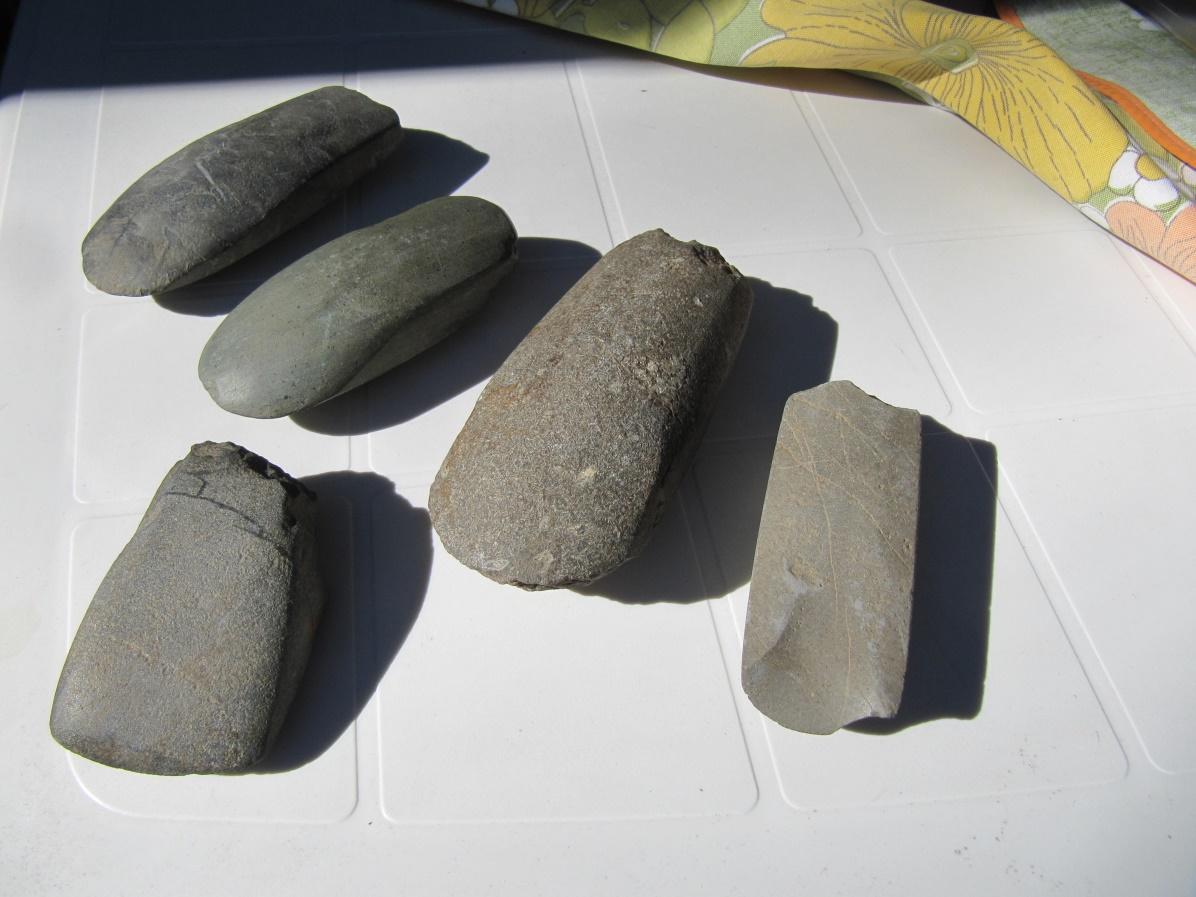 På bilden några av de stenyxor som Lars Ålgars har hittat uppe i Kornbäcken.