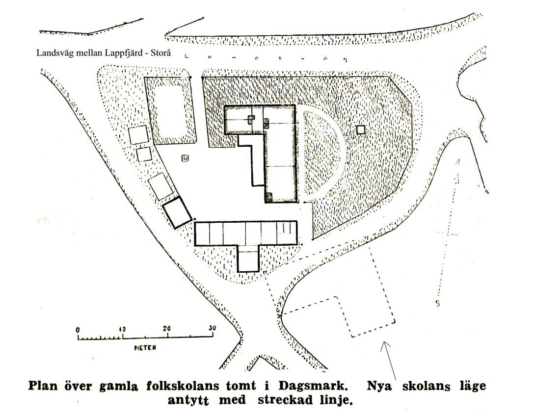 På Rurik Nylunds karta så ser vi var det gamla skolhuset stod. Här har det dock blivit tillbyggt flera gånger och flera uthus har också tillkommit. Nere på ritningen så ser vi den nuvarande skolbyggnadens läge.