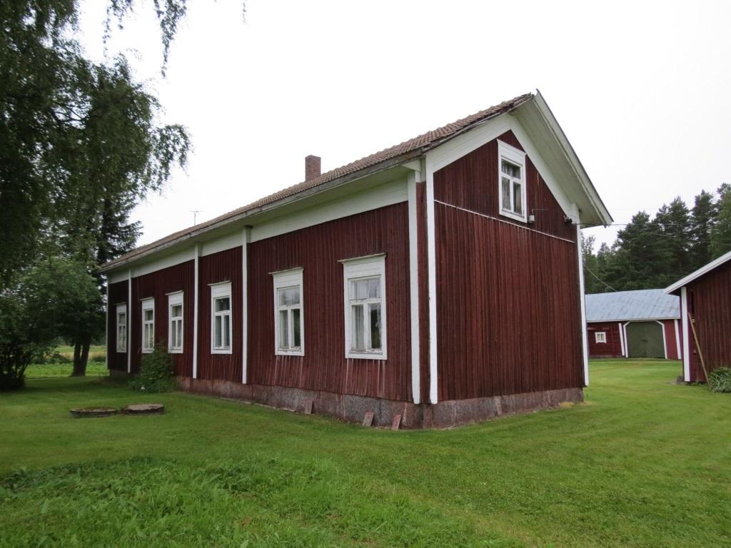Så här ser gården ut från Lillsjöhållet. När gården flyttades till detta ställe runt 1910 så låg den vackra Lillsjön nedanför gården och på andra sidan sjön syntes Långängen.