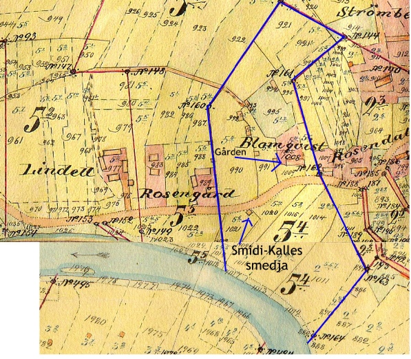 I samband med storskiftet i början på 1900-talet fick Karl Blomqvist sitt hemman i 5 skiften. På kartan visar den blåa linjen hur stort hemskiftet var. Smedjan stod ungefär där familjen Hammarberg bor i dag.