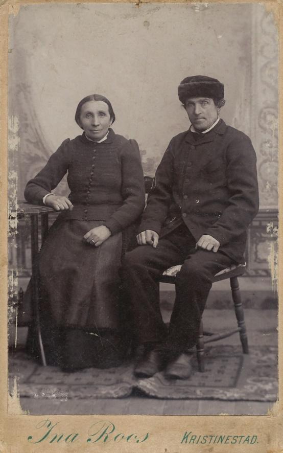 Här på bilden sitter Malakias och hans hustru Edla hos fotografen Ina Roos i Kristinestad. Malakias som i dagligt tal kallades för Kia fick alltså ge namn åt kroken på vägen runt hans gård och till och med området kallas för Kias.
