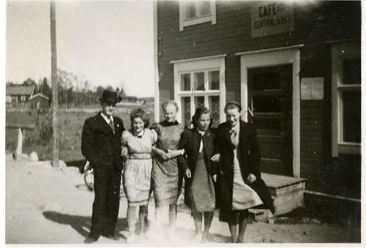 Här står Alfons Lövdahl, Anita Björklund, Verna Agnäs, Alice Norrgård och Gerda Klåvus utanför cafeét som enligt skylten hette Cafe Central.